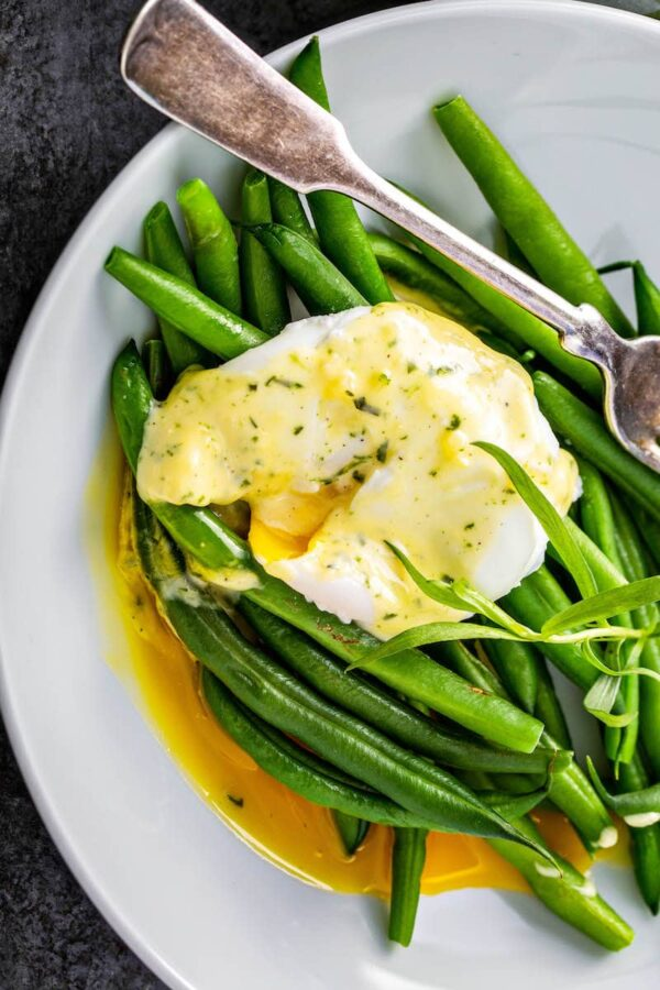 Bearnaise sauce spooned over green beans.