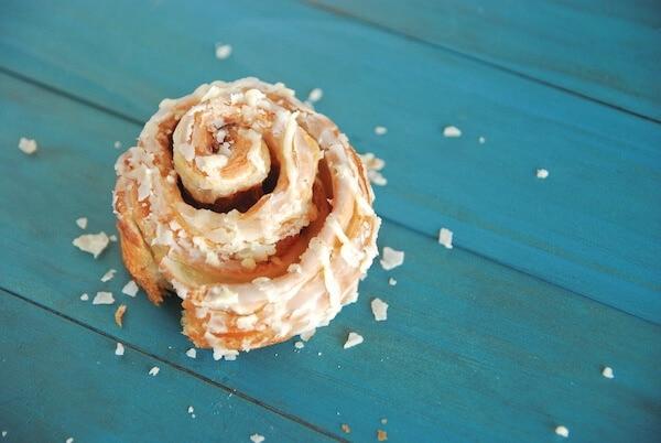 cinnamon roll, dessert, breakfast, cinnamon, cinnabon, mall, sweet, icing, frosting