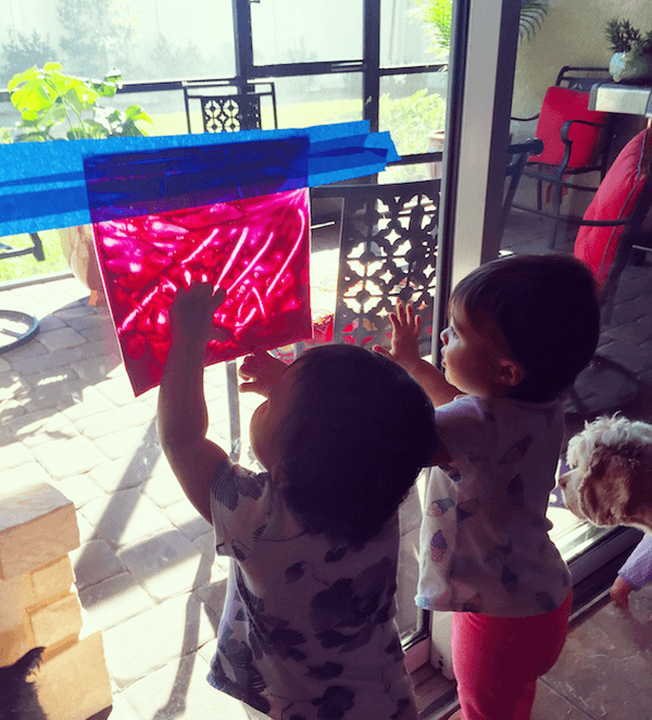 Fingerpaint in a ziplock bag! Clean painting fun for when Mom needs a few minutes to fold the clothes.