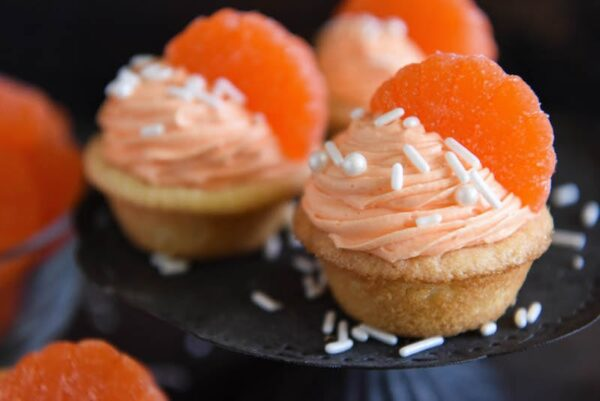 Orange Creamsicle Cookie Cups: soft sugar cookie cups are filled with orange creamsicle icing and topped with orange candy wedges. #orange #cookie