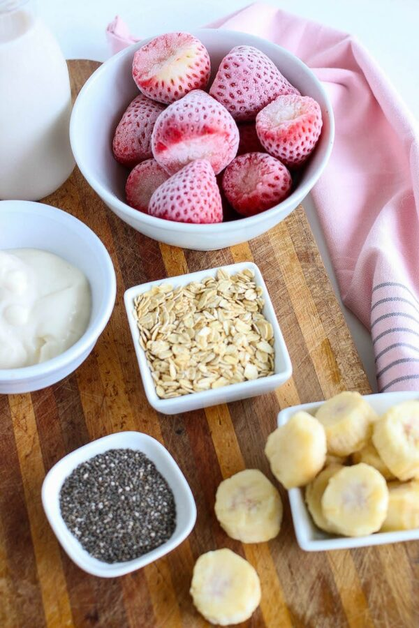 A photo of the ingredients for this easy strawberry smoothie bowl recipe