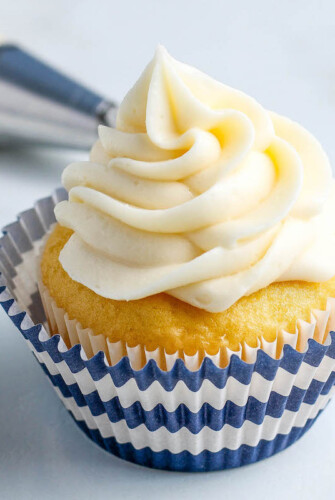 Sharing how to make the best cream cheese frosting with just 5 simple ingredients! This frosting will be perfect on top of a cake or piped onto cupcakes. #CreamCheeseFrosting #CreamCheeseFrostingRecipe #Cupcakes #CupcakeRecipes #HowToMakeCreamCheeseFrosting #CreamCheeseIcing #CreamCheeseRecipes