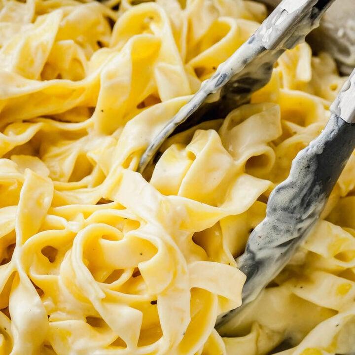 Fettuccine noodles tossed in Alfredo sauce.