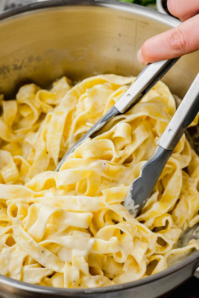 Fettucine noodles mixed with alfredo sauce.
