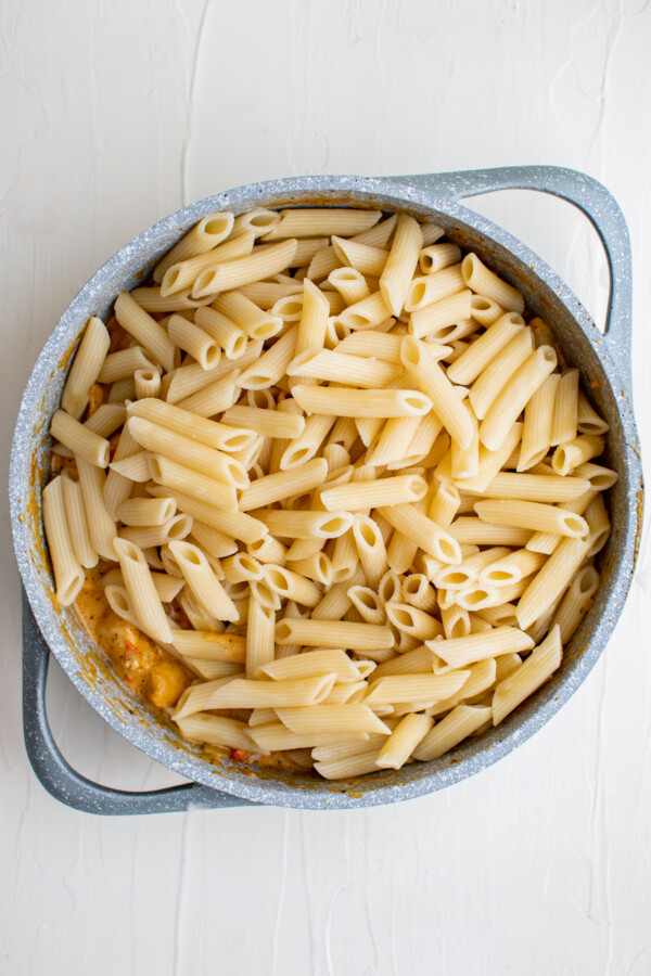 Cooked penne in a pot with chicken.