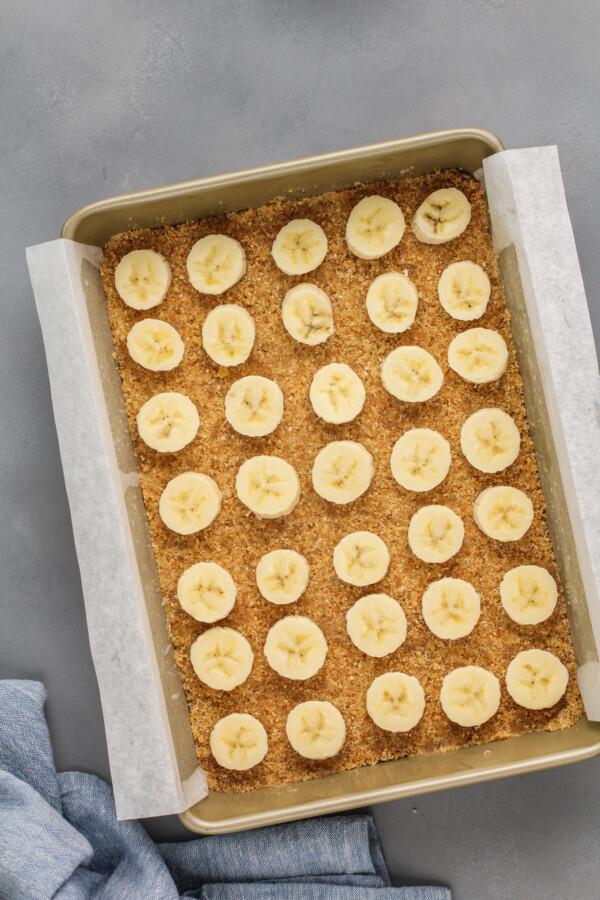 Banana slices line the crust.